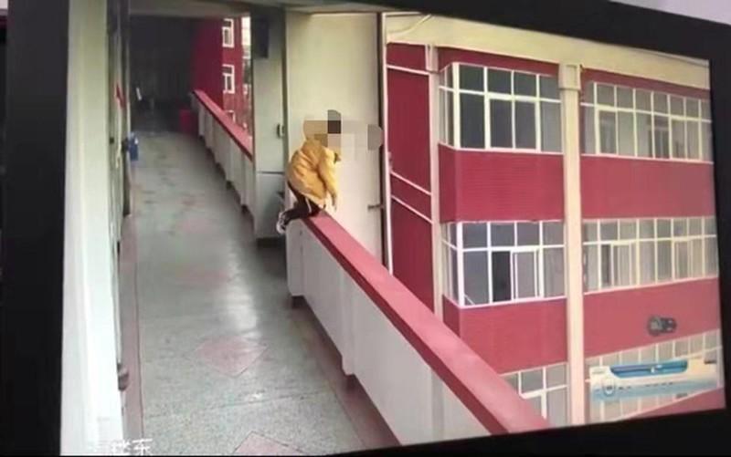Nữ sinh lớp 9 nhảy lầu tự sát sau khi bị phát hiện hút thuốc Ảnh 1