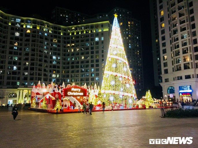 TTTM, siêu thị Hà Nội lung linh sắc màu đón Giáng Sinh 2019 Ảnh 2