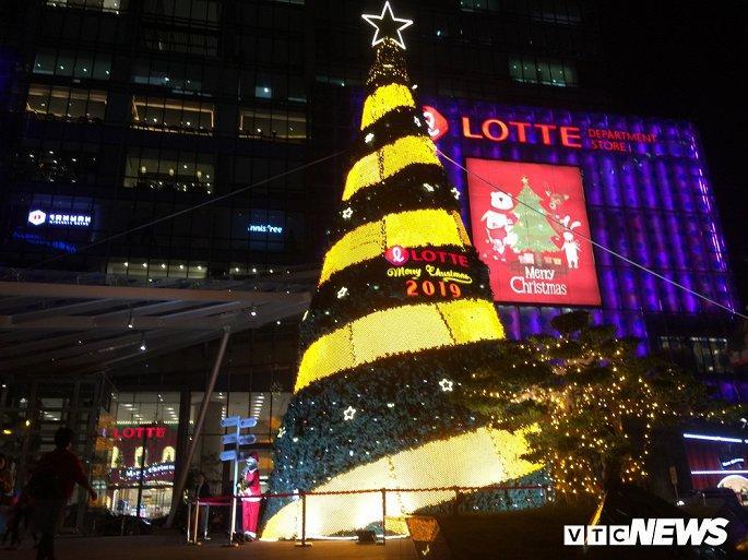 TTTM, siêu thị Hà Nội lung linh sắc màu đón Giáng Sinh 2019 Ảnh 12