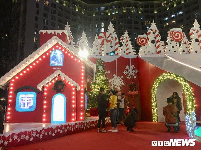TTTM, siêu thị Hà Nội lung linh sắc màu đón Giáng Sinh 2019 Ảnh 4
