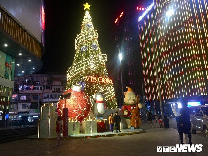 TTTM, siêu thị Hà Nội lung linh sắc màu đón Giáng Sinh 2019 Ảnh 13