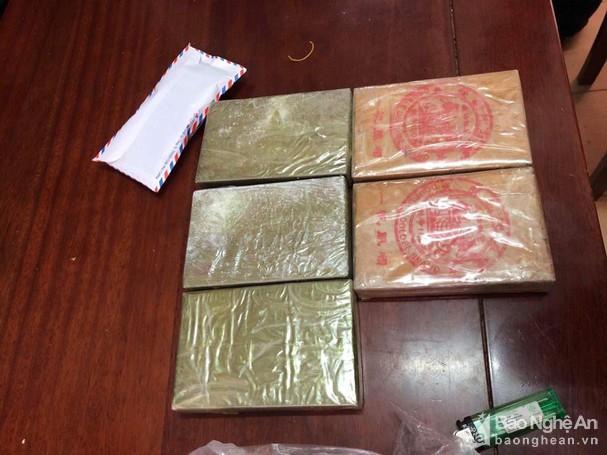 Nghệ An: Bắt 3 đối tượng, thu 5 bánh heroin và gần 1 nghìn viên hồng phiến Ảnh 2
