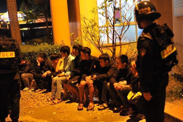 Hàng trăm cảnh sát khống chế 2 nhóm côn đồ thanh toán nhau bằng hung khí Ảnh 3
