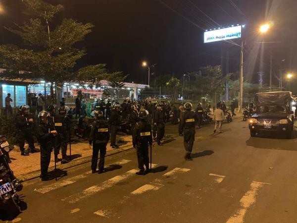 Hàng trăm cảnh sát khống chế 2 nhóm côn đồ thanh toán nhau bằng hung khí Ảnh 1