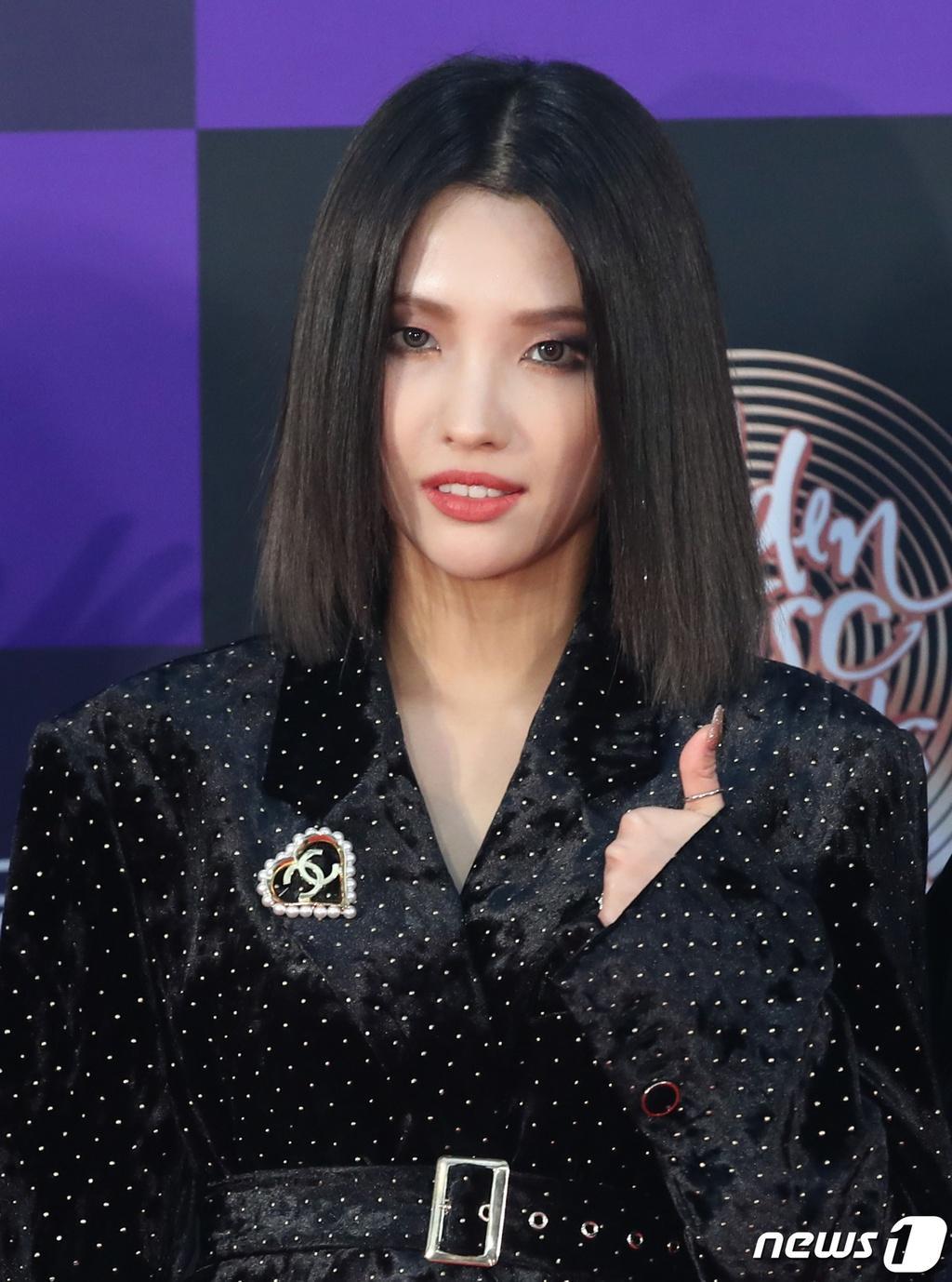 Hai gương mặt đẹp nhất thế giới hội tụ trên thảm đỏ 'Grammy Hàn Quốc' Ảnh 8