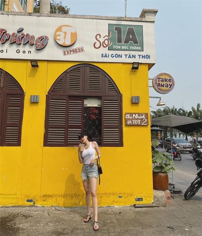 HyunA khoe ảnh đi uống cafe ở Sài Gòn, dân tình chỉ dán mắt vào body của nữ idol Ảnh 1