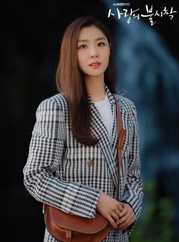 Loạt trang phục đắt xắt ra miếng của Son Ye Jin trong 'Hạ cánh nơi anh' khiến dân tình lóa mắt Ảnh 12
