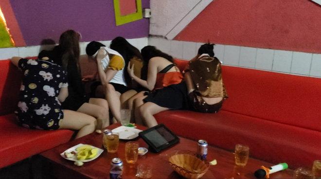 Phát hiện 7 nữ nhân viên khỏa thân múa hát phục vụ khách karaoke Ảnh 1