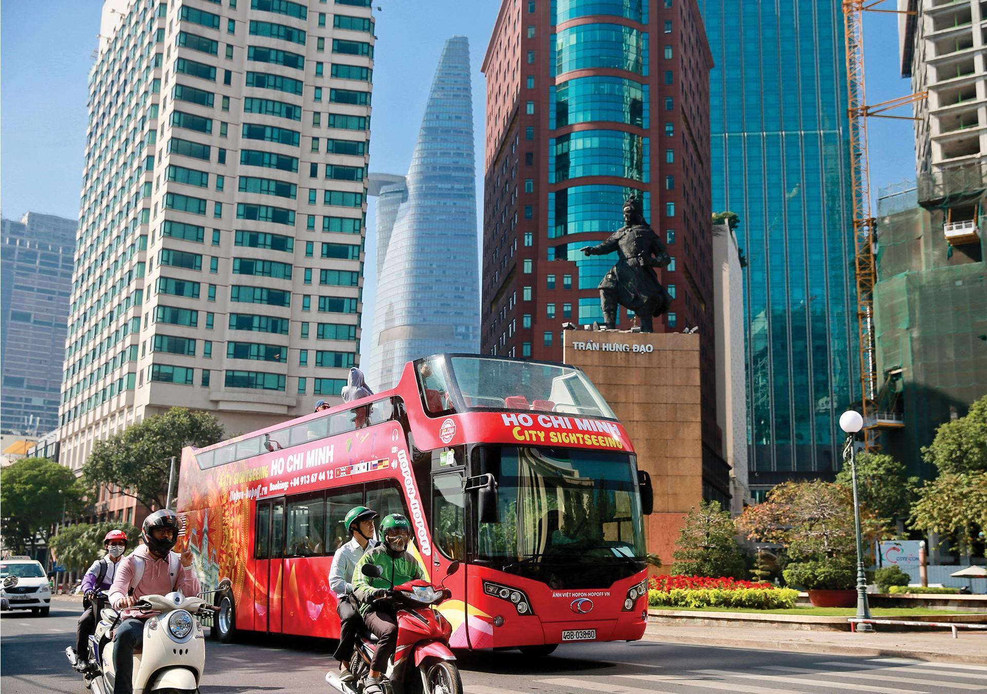 Trải nghiệm 'buýt mui trần' tại TPHCM Ảnh 7