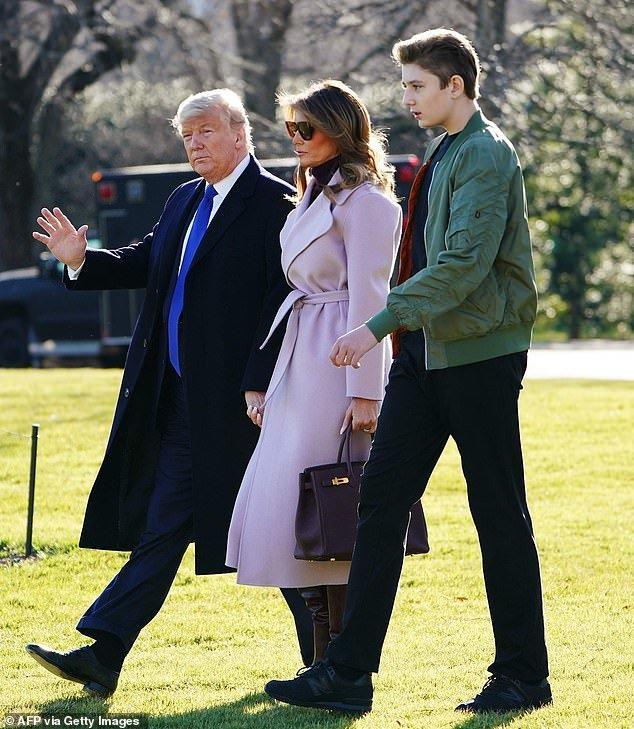 'Mượn' áo khoác của mẹ đi dự sự kiện gây quỹ, Barron Trump gây sốc vì vẻ điển trai Ảnh 2