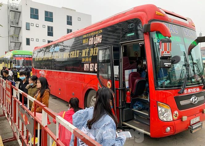 Người dân dùng phương tiện cá nhân về quê, bến xe Hà Nội vắng khách Ảnh 12