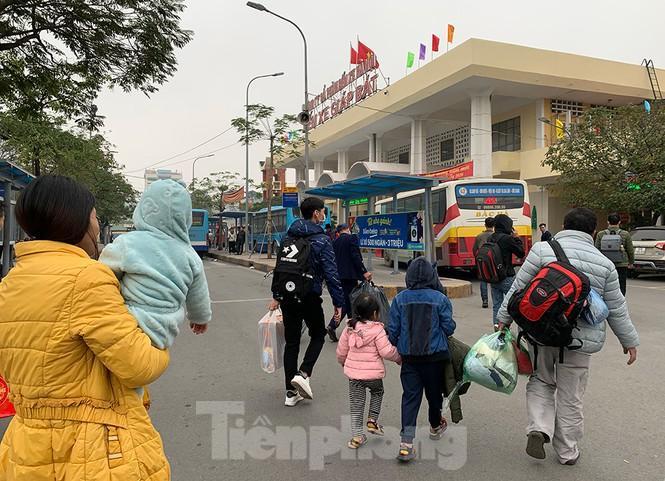 Người dân dùng phương tiện cá nhân về quê, bến xe Hà Nội vắng khách Ảnh 1