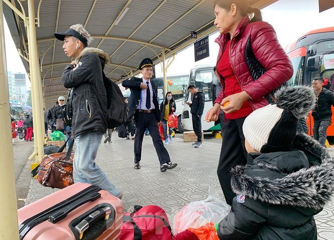Người dân dùng phương tiện cá nhân về quê, bến xe Hà Nội vắng khách Ảnh 3