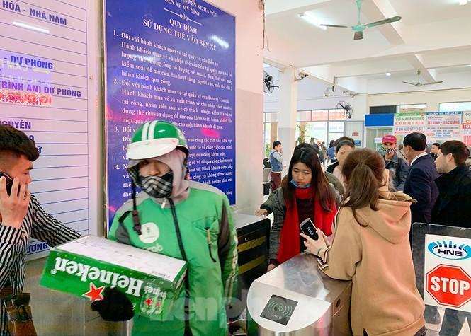 Người dân dùng phương tiện cá nhân về quê, bến xe Hà Nội vắng khách Ảnh 11