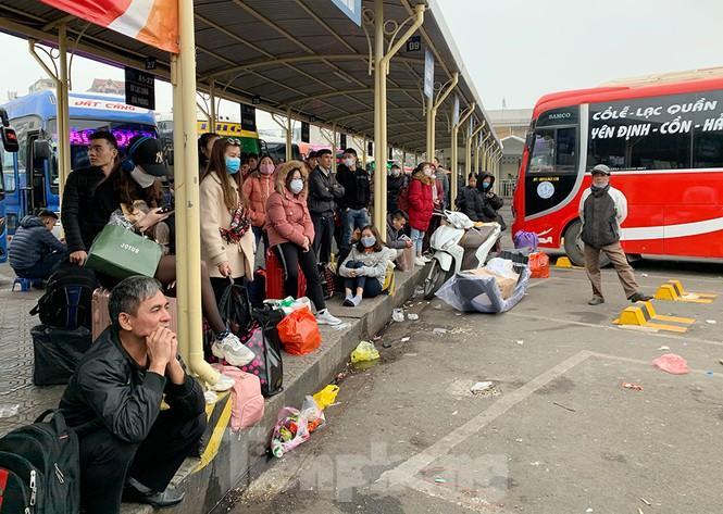 Người dân dùng phương tiện cá nhân về quê, bến xe Hà Nội vắng khách Ảnh 2