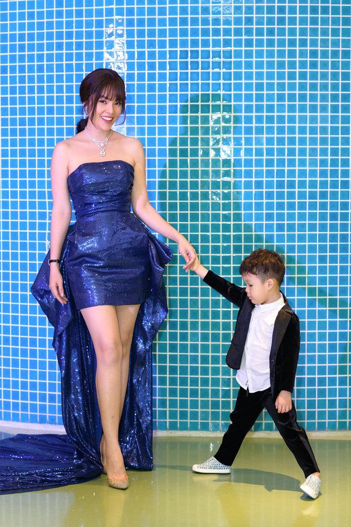 Diện váy mong manh mỏng như lưới đánh cá, Phương Trinh Jolie tức khắc dẫn đầu top sao đẹp tuần Ảnh 7