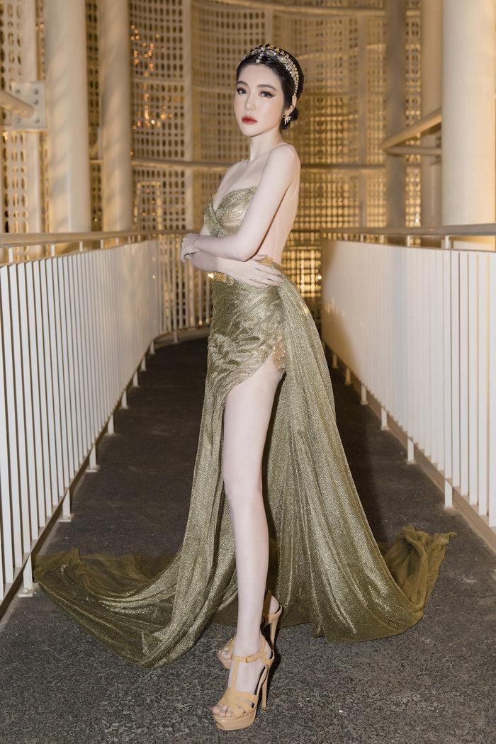 Diện váy mong manh mỏng như lưới đánh cá, Phương Trinh Jolie tức khắc dẫn đầu top sao đẹp tuần Ảnh 12