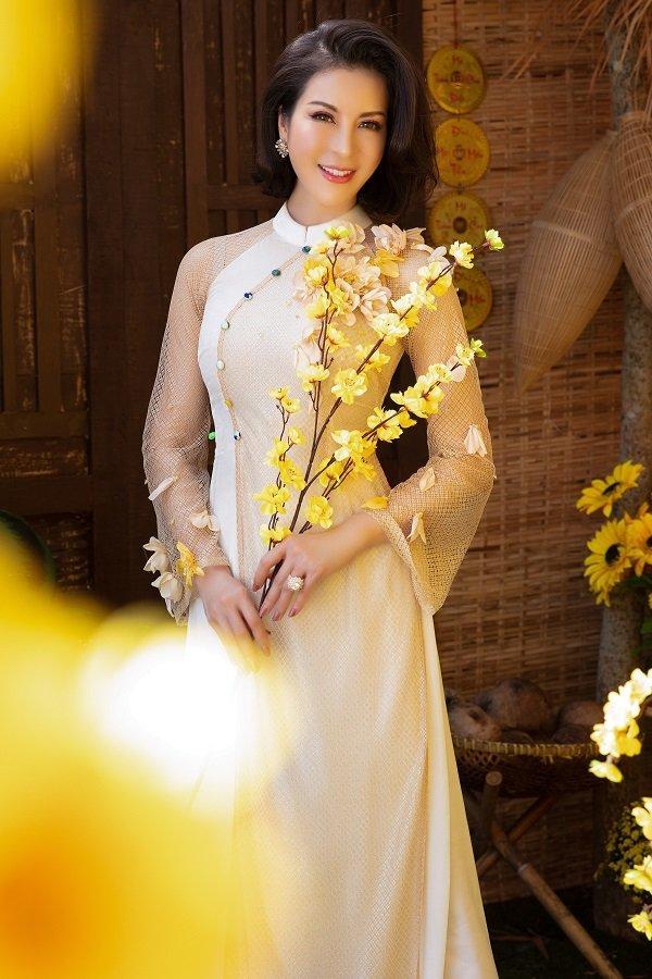 MC Thanh Mai khoe xuân sắc ngời ngời với áo dài dịp Tết Ảnh 2