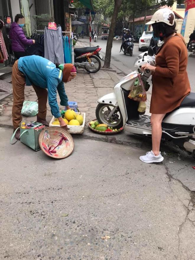 Vụ người phụ nữ mang bầu lái xe cán qua nia trái cây của cô bán hàng rong: Nữ nhân viên cửa hàng quần áo lên tiếng Ảnh 1