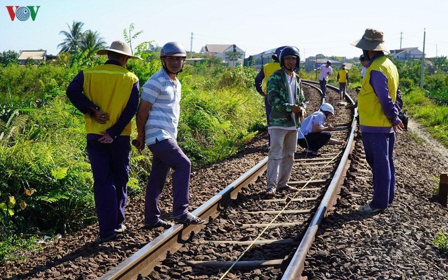 Tàu lửa trật đường ray, đường sắt Bắc Nam tê liệt Ảnh 2