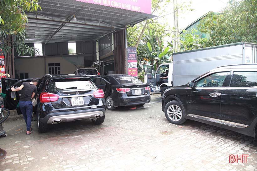 Giá tăng gấp đôi, các tiệm rửa xe ở Hà Tĩnh vẫn 'làm không kịp nghỉ' Ảnh 4