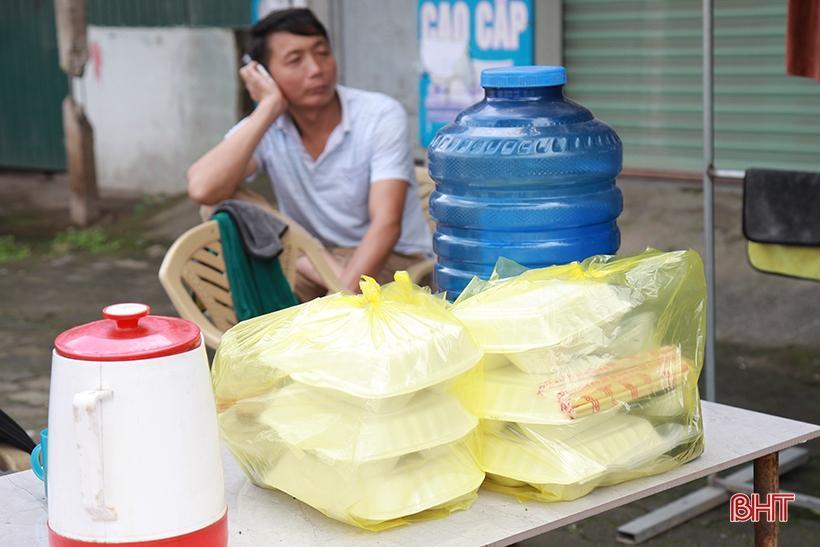 Giá tăng gấp đôi, các tiệm rửa xe ở Hà Tĩnh vẫn 'làm không kịp nghỉ' Ảnh 10