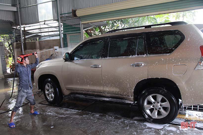 Giá tăng gấp đôi, các tiệm rửa xe ở Hà Tĩnh vẫn 'làm không kịp nghỉ' Ảnh 2