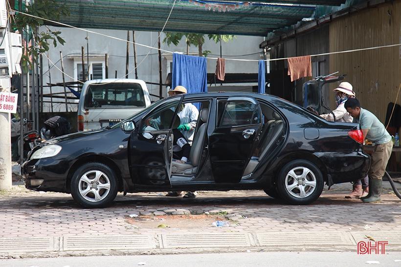 Giá tăng gấp đôi, các tiệm rửa xe ở Hà Tĩnh vẫn 'làm không kịp nghỉ' Ảnh 12