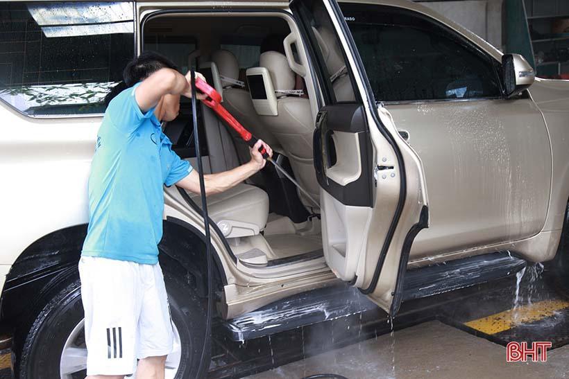 Giá tăng gấp đôi, các tiệm rửa xe ở Hà Tĩnh vẫn 'làm không kịp nghỉ' Ảnh 5