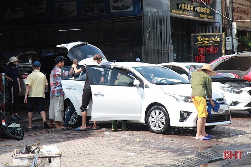 Giá tăng gấp đôi, các tiệm rửa xe ở Hà Tĩnh vẫn 'làm không kịp nghỉ' Ảnh 1