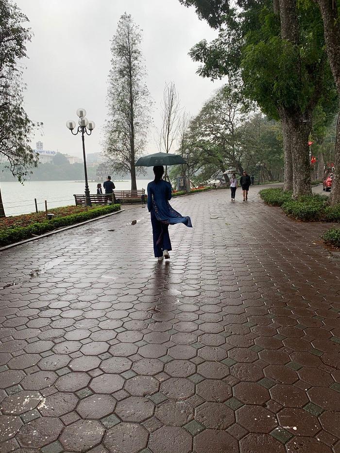 Mưa lạnh, hồ Hoàn Kiếm vắng hoe chiều 30 Tết Ảnh 3