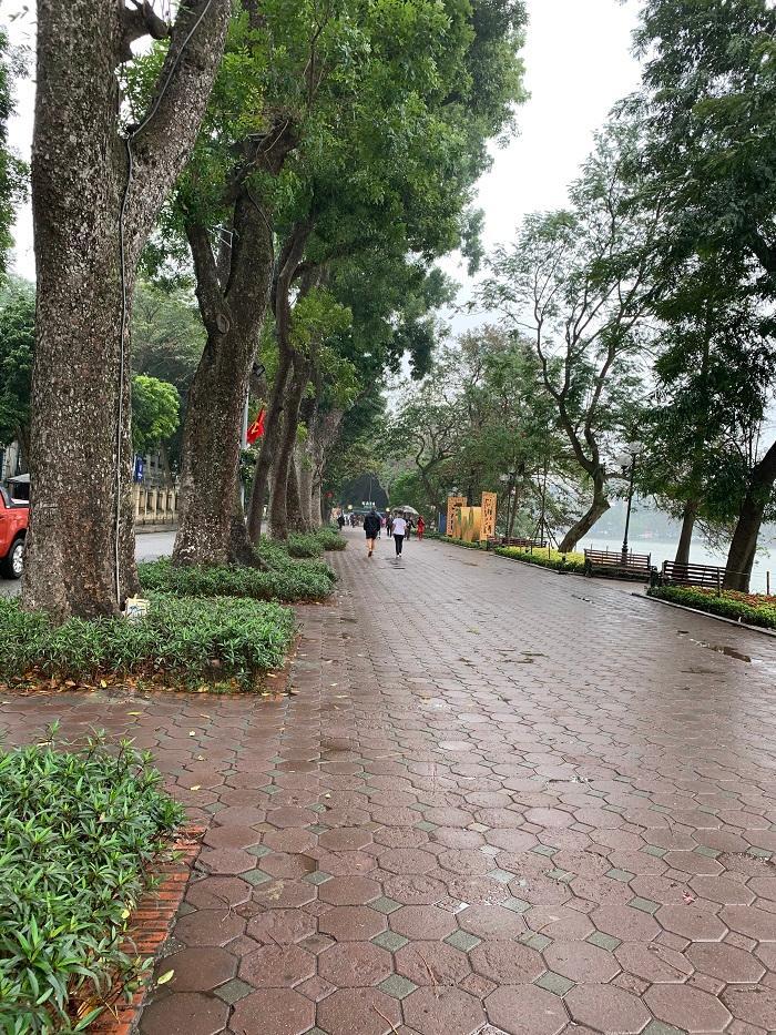 Mưa lạnh, hồ Hoàn Kiếm vắng hoe chiều 30 Tết Ảnh 2