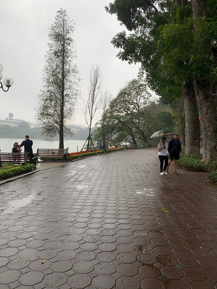 Mưa lạnh, hồ Hoàn Kiếm vắng hoe chiều 30 Tết Ảnh 1