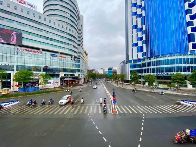 Đường phố Hà Nội vắng vẻ và yên bình tĩnh lặng ngày 30 Tết Ảnh 7