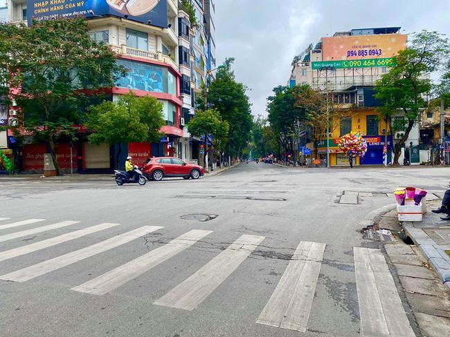 Đường phố Hà Nội vắng vẻ và yên bình tĩnh lặng ngày 30 Tết Ảnh 2