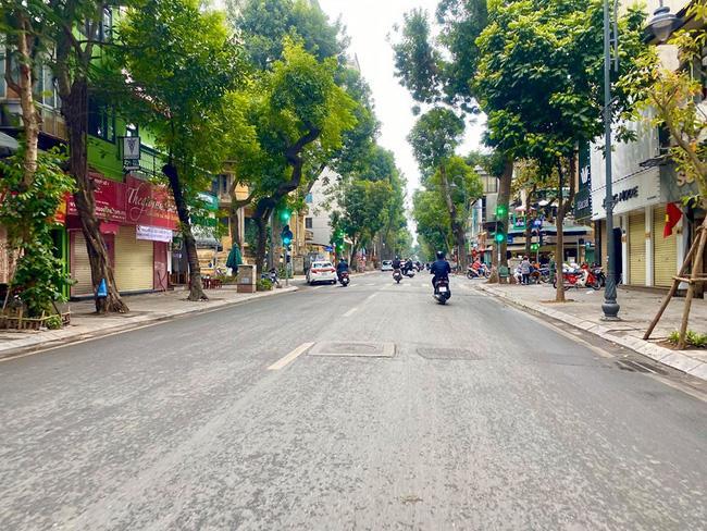 Đường phố Hà Nội vắng vẻ và yên bình tĩnh lặng ngày 30 Tết Ảnh 3