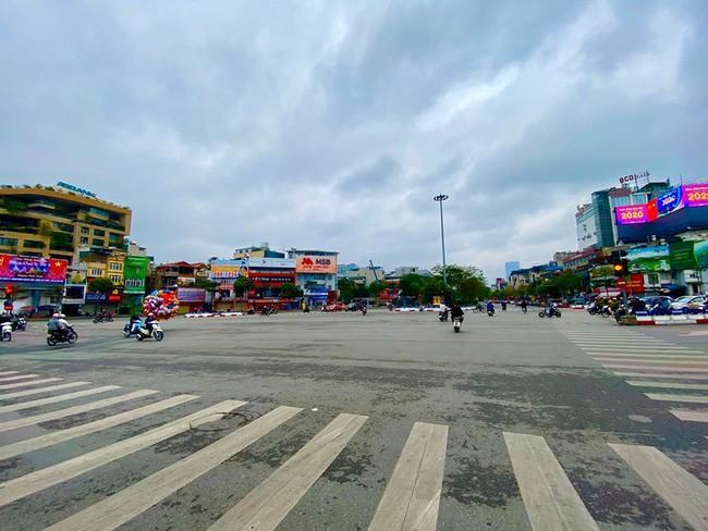 Đường phố Hà Nội vắng vẻ và yên bình tĩnh lặng ngày 30 Tết Ảnh 6