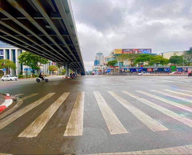 Đường phố Hà Nội vắng vẻ và yên bình tĩnh lặng ngày 30 Tết Ảnh 10