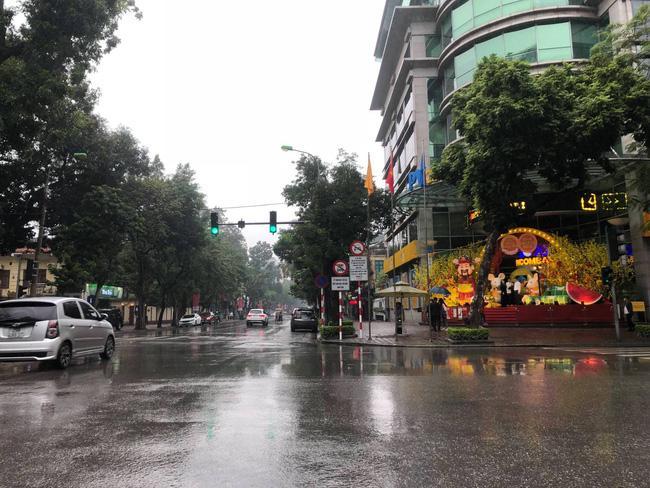 Đường phố Hà Nội vắng vẻ và yên bình tĩnh lặng ngày 30 Tết Ảnh 9