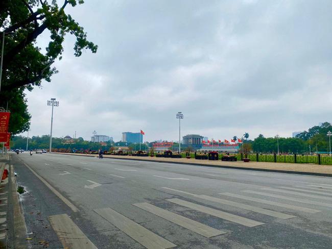 Đường phố Hà Nội vắng vẻ và yên bình tĩnh lặng ngày 30 Tết Ảnh 1