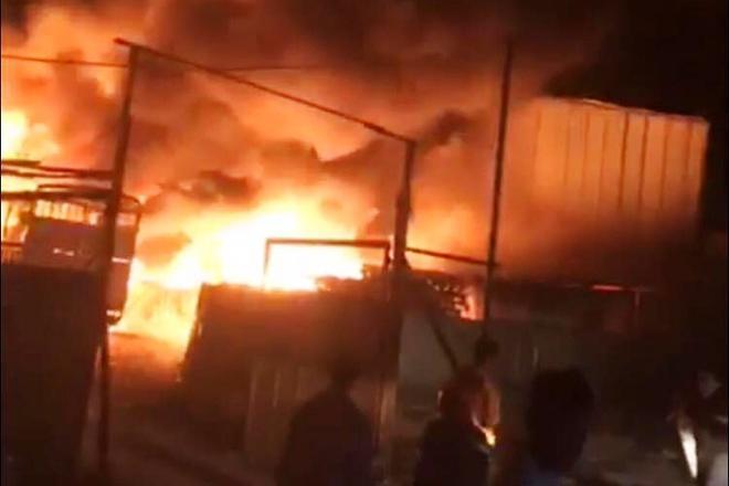 Cháy bãi phế liệu ở Bình Dương, hai xe tải bị thiêu rụi Ảnh 1