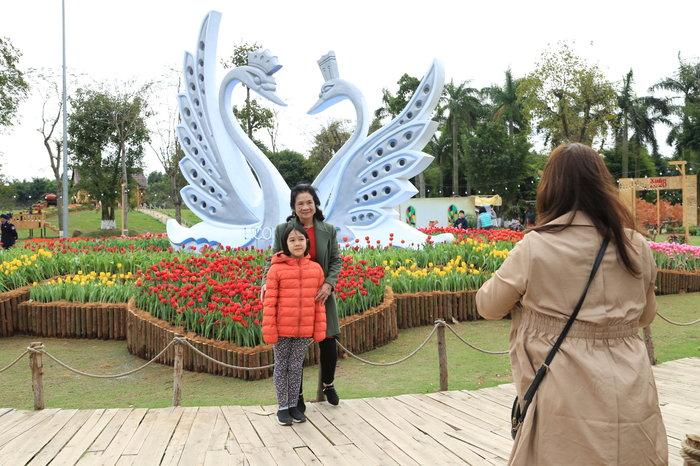 Hàng nghìn du khách ùn ùn đổ về chụp ảnh cùng hoa tulip tuyệt đẹp như trời Âu ở Hà Nội Ảnh 1