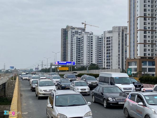 Người dân đổ về Hà Nội, cao tốc ùn tắc gần 10 km Ảnh 4