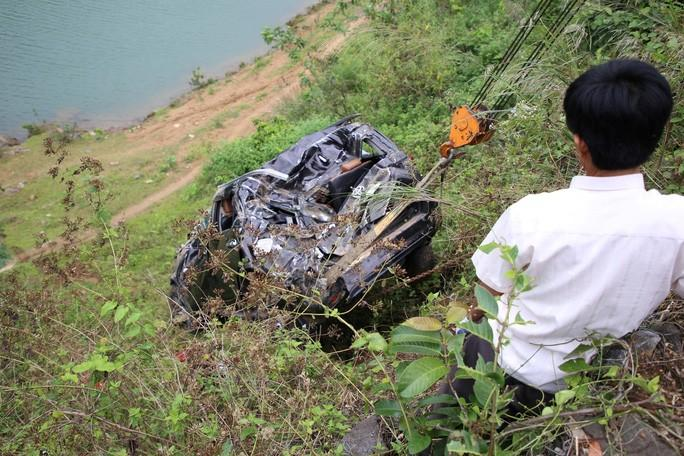 Xe ôtô lao xuống vực sâu hàng chục mét, tài xế may mắn thoát chết