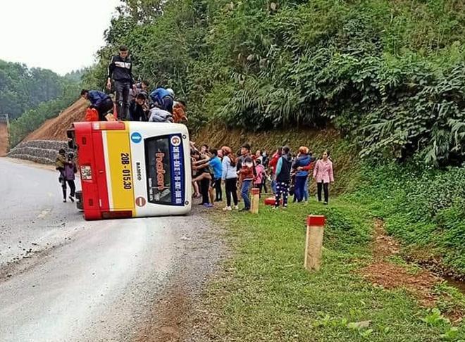 Lật xe buýt, hành khách đập cửa kính thoát thân Ảnh 1
