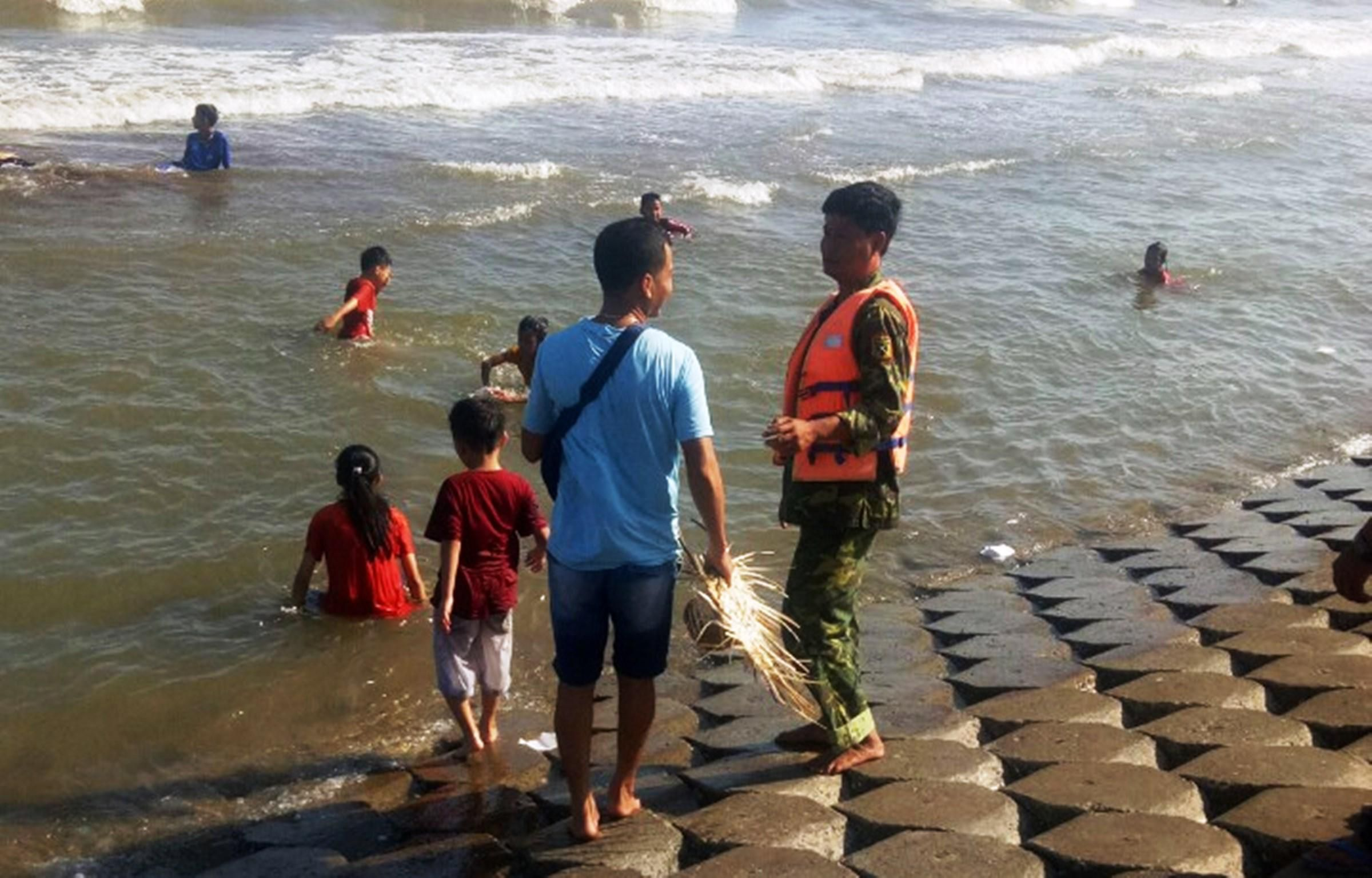 Cứu sống 5 khách du lịch bị đuối nước Ảnh 2
