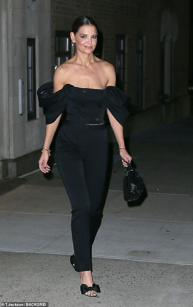 Katie Holmes mặc trễ nải hết nấ trẻ trung sành điệu như một fashionista trên phố Ảnh 5