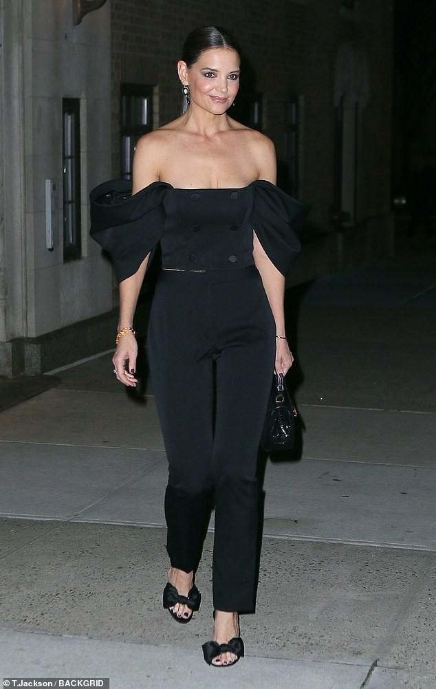 Katie Holmes mặc trễ nải hết nấ trẻ trung sành điệu như một fashionista trên phố Ảnh 3