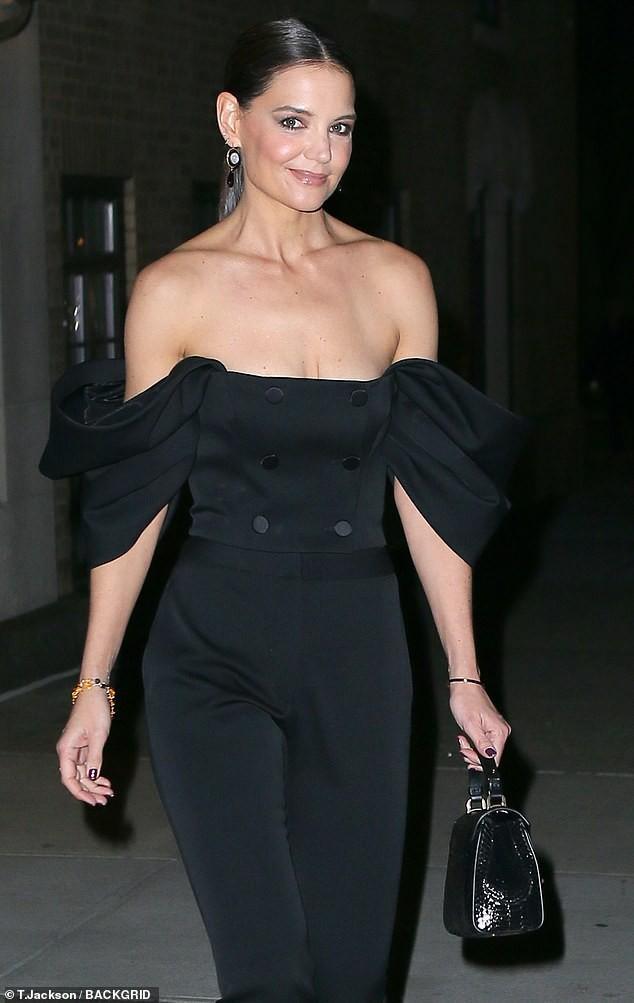 Katie Holmes mặc trễ nải hết nấ trẻ trung sành điệu như một fashionista trên phố Ảnh 2