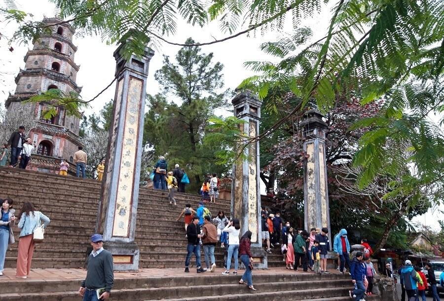 Cầu gỗ lim trên sông Hương, Đại nội Huế tấp nập du khách dịp Tết Ảnh 8